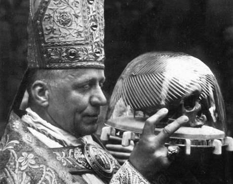 Kardinál Josef Beran s lebkou sv. Vojtěcha