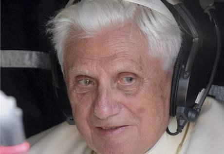 Papež opouští ve vrtulníku izraelské armády letiště Bena Guriona v Tel Avivu. (11. května 2009)