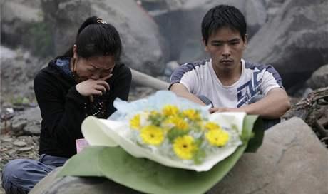 Čína si dnes připomíná ničivé zemětřesení v provincii S'-čchuan. Na snímku rodiče, kteří přišli o své dítě. 12. května)