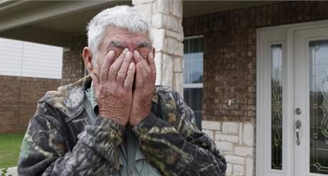 Otec Johna Russella se vojáka zastává, tvrdí, že je oběť.