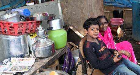 Azharuddín Muhammad Ismáíl se svou matkou v troskách svého obydlí v bombajském slumu (14. května 2009)