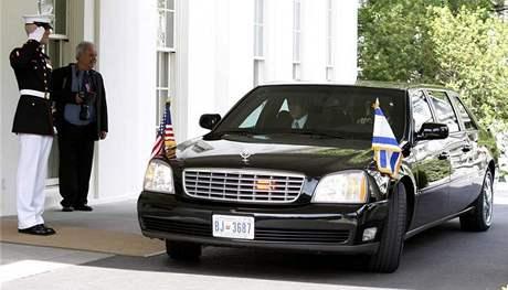 Izraelský premiér Benjamin Netanjahu přijíždí k západnímu křídlu Bílého domu k jednání s Barackem Obamou (18. května 2009)