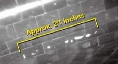 Poškozená oblast je asi 21 palců - 53 centimetrů - dlouhá; stopy zásahu úlomků jsou vyznačené bíle (13. května 2009)