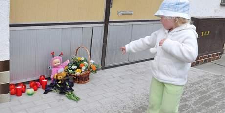 Dům rodinné tragédie v Blatnici - před vraty lidé a děti zapalují svíčky a pokládají plyšové hračky