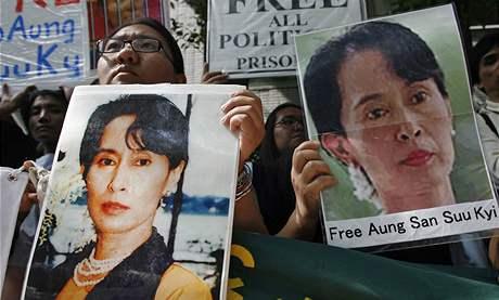 Protesty proti obvinění Su Ťij se konají po celém světě