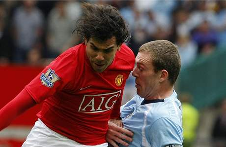 Manchester United - Manchester City: Carlos Teves (v čeveném) z United, za ním Richard Dunne