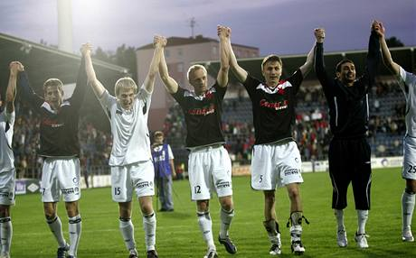 Takhle se fotbalisté Slovácka radovali v Poháru ČMFS po vyřazení Slavie. První liga by jim udělala nemenší radost.