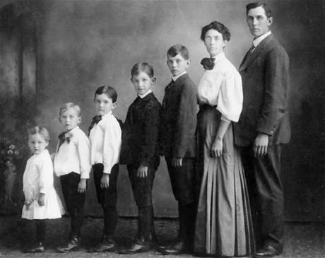 Z alba trapných rodinných fotek