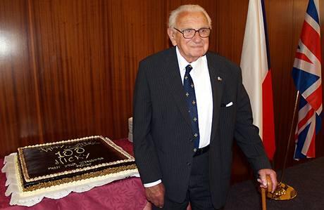 Sir Nichalos Winton na české ambasádě v Londýně při oslavě svých 100. narozenin. (16.5. 2009)