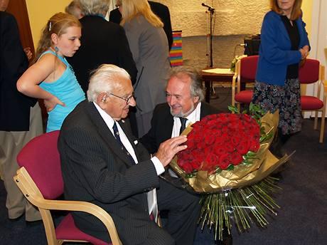 Sir Nichalos Winton na české ambasádě v Londýně při oslavě svých 100. narozenin, na kterou dorazily i