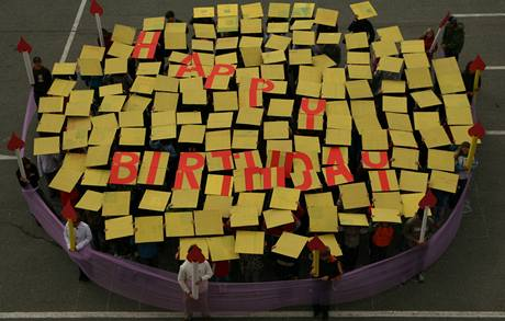 Základní škola Sira Nicholase Wintona v Kunžaku se rozhodla popřát Wintonovi k narozeninám netradičním způsobem. (19.5.2009)