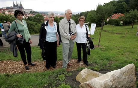 Na pražském Petříně byl slavnostně otevřen Sad zachránců dětí. Součástí sadu je i pramen pojmenovaný po Siru Wintonovi, který slaví 100. narozeniny. (19.5.2009)