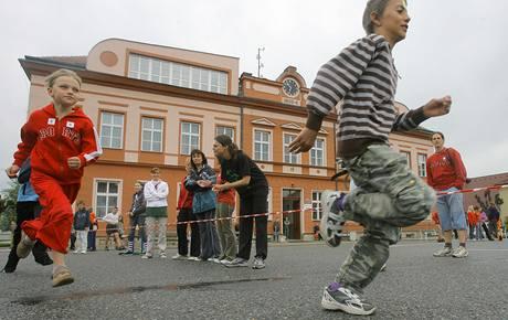 Žáci Základní školy v Kunžaku na Jindřichohradecku na počest stých narozenin patrona školy sira Nicholase Wintona uspořádali štafetový běh. (19.5. 2009)