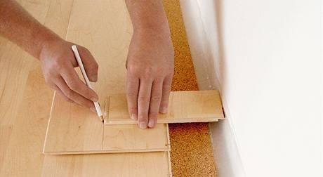 U poslední řady nejprve překreslete pomocí zbytku parkety, průběh stěny na lamely, nezapomeňte ale na správnou velikost