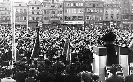 Kardinál Josef Beran v Plzni. Zaplněné náměstí přivítalo rodáka Josefa Berana při jeho první návštěvě ve funkci arcibiskupa.