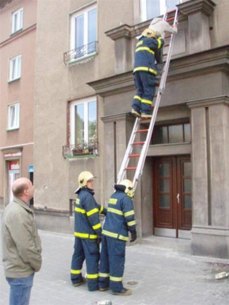 Záchrana muže z fasády domu na Hlavní ulici v Havířově