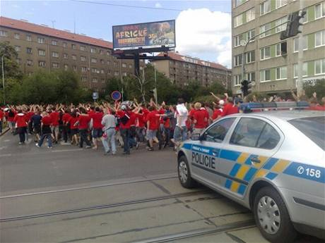 Policie doprovází fanoušky Slavie z Edenu na stadion Viktorie Žižkov