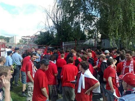 Fanoušci Slavie dorazili ke stadionu Viktorie Žižkov.