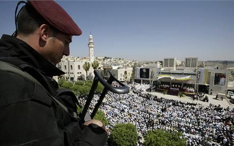 Palestinská ochranka dohlíží nad bezpečností při mši papeže Benedikta XVI. v Betlémě (13. května 2009)