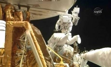 Astronauti Michael T. Good (nahoře) a Michael J. Massimino ve volném prostoru