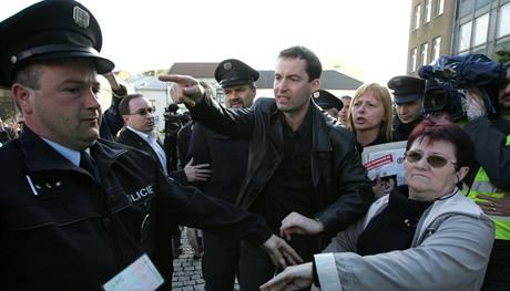 Členové a příznivci krajně pravicové Dělnické strany protestují proti odvedení místopředsedy Jiřího Štěpánka