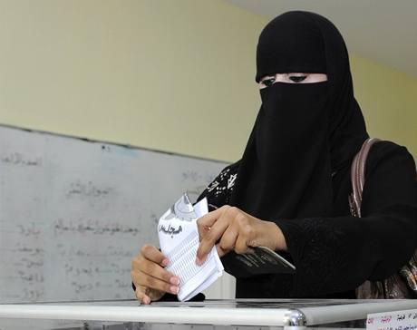Kuvajťanka u parlamentních voleb, které poprvé v historii země vyhrály také ženy