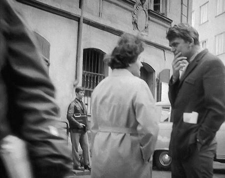 Milan Kundera na rohu ulic Bartolomějská a Na Perštýně v srpnu 1969