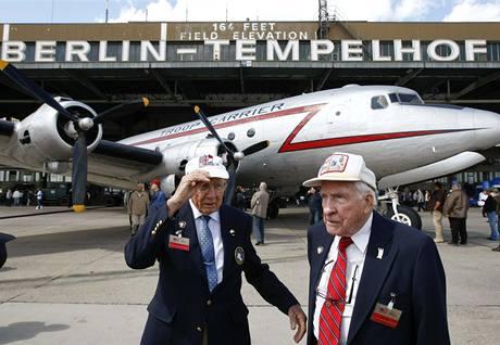 Oslavy výročí konce berlínské blokády na letišti Tempelhof - bývalí letci (12. května 2009)
