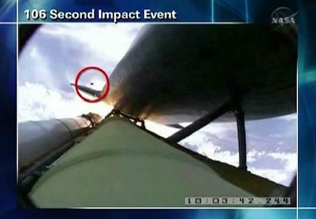 Úlomek, který zachytily kamery při startu Atlantisu (13. května 2009)