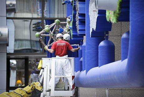 D�ln�ci odstra�uj� plastiku Entropa z budovy Rady EU v Bruselu (11. kv�tna 2009)