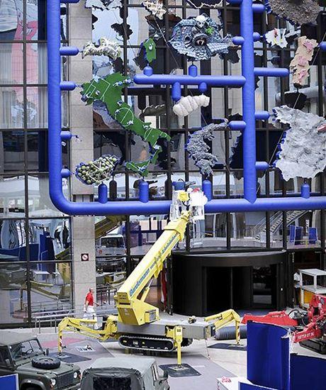 Dělníci odstraňují plastiku Entropa z budovy Rady EU v Bruselu (11. května 2009)