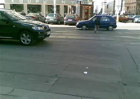 Vymazaný přechod u křižovatky Vinohradská, Radhošťská. V blízkosti je několik škol, děti ho stále využívají