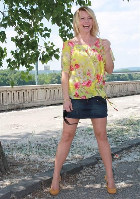 Iveta Bartošová v minisukni