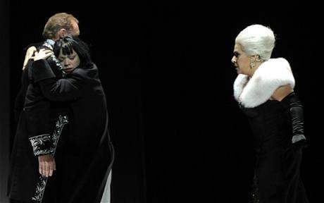 z představení opery Rusalka (zleva: Valentin Prolat jako Princ, Maria Haan jako Rusalka, Dagmar Pecková jako Cizí kněžna)