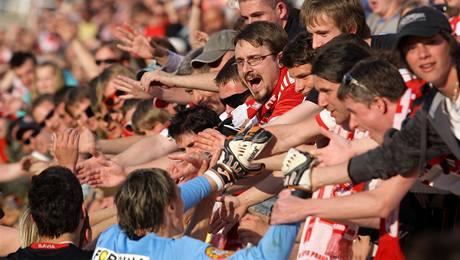 Fotbalisté Slavie slaví s fanoušky
