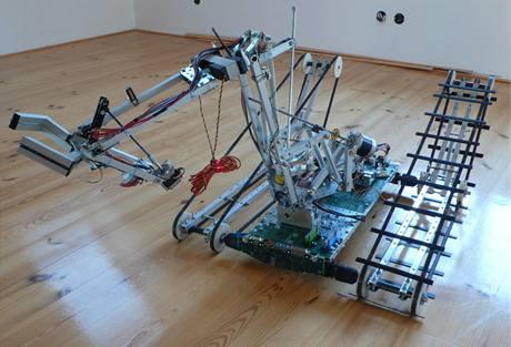 Stroj, který vá�í 27 kilogram�, pohán�jí motorky z AKU vrta�ek.