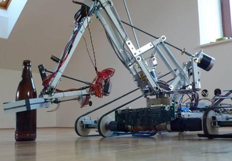 Stroj, kter� v�� 27 kilogram�, poh�n�j� motorky z AKU vrta�ek.