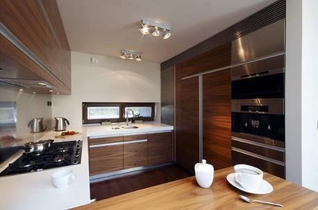 Kuchyňský kout je vymezen barovým pultem