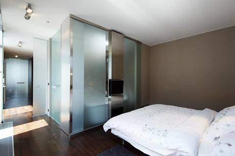 Do ložnice je vestavěna průsvitná koupelna