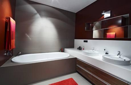 Dětská koupelna má obložení a dlažbu z 3 mm silných rozřezaných keramických desek (formát 3 x 1 m)