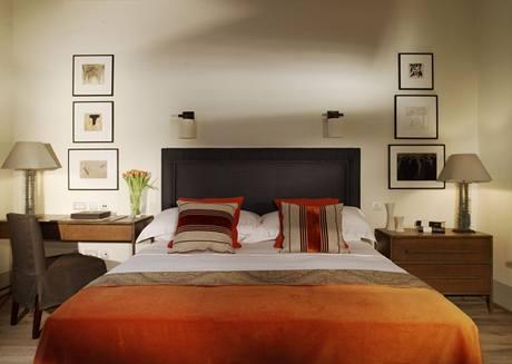 Pokoj se liší barevností, nikoli typem nábytku