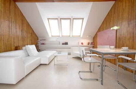 Světlá podlaha a bílá barva prostor odlehčily a zvětšily