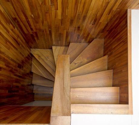 Dřeva, až schody přecházejí....