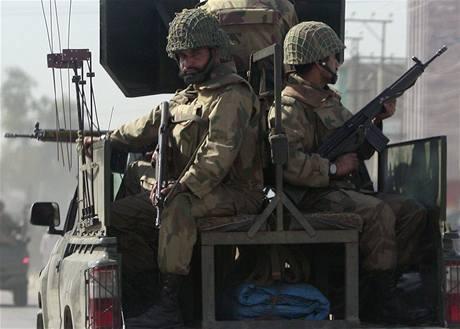 Pákistánská armáda útočí na pozice radikálů z Talibanu