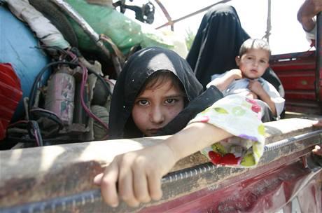 Desetitisíce lidí utíkají z oblasti bojů v údolí Svát