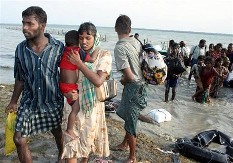 Tisíce lidí utíkají přes jezero z oblasti bojů vládní vojáků s tamilskými separatisty.