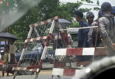 Soudní budovu v Rangúnu obklopily policejní zátarasy