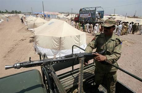 Uprchlické tábory hlídají pákistánští vojáci