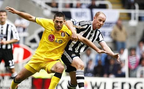 Newcastle - Fulham: hostující Clint Dempsey (vlevo) proniká kolem Nickyho Butta