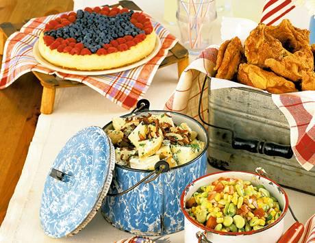 Cheescake s malinami a borůvkami, šťouchané brambory s česnekem a salát s kukuřicí, fazolemi a rajčaty